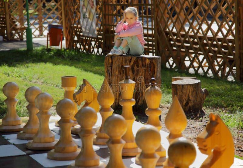 A menina e a xadrez imagens de stock royalty free