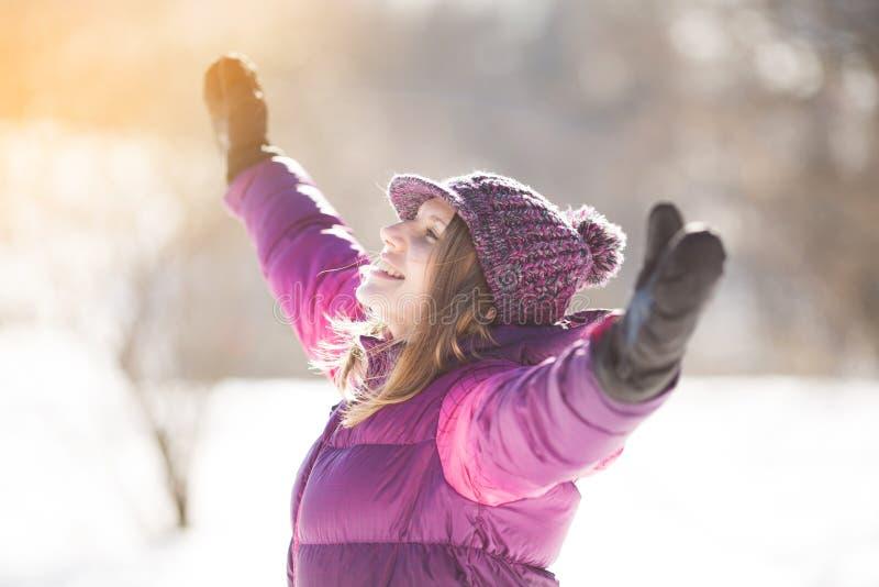 Menina ectática no chapéu de Borgonha fotografia de stock