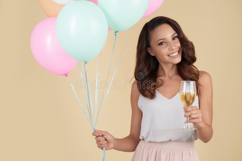 Menina ectática que toma desejos do aniversário foto de stock royalty free