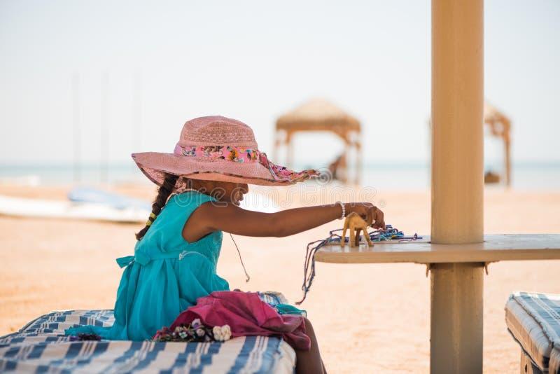 Menina egípcia com lembranças feitos a mão que vende fotografia de stock