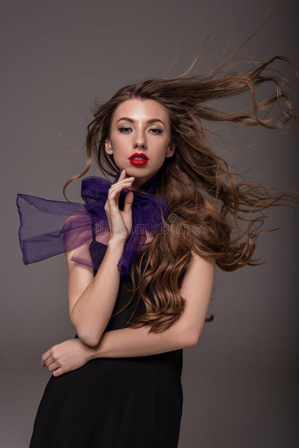 menina elegante atrativa com o cabelo longo que levanta para o tiro da forma fotografia de stock