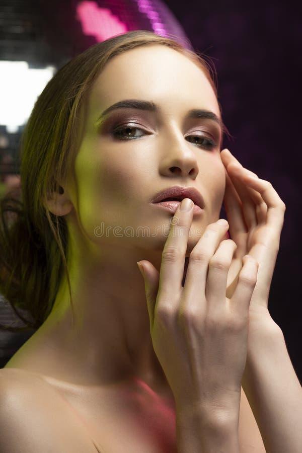 Menina elegante bonita com um miliampère glamoroso do penteado e do nivelamento fotos de stock royalty free