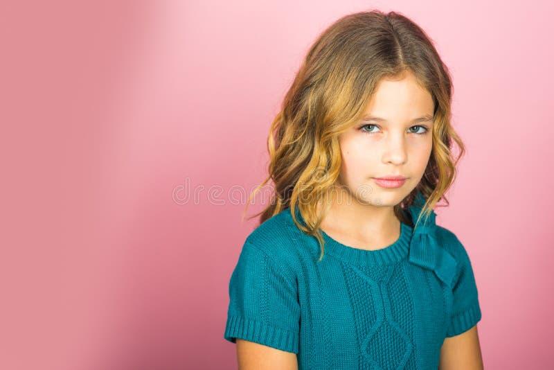 Menina elegante bonito em casa, espa?o da c?pia foto de stock royalty free