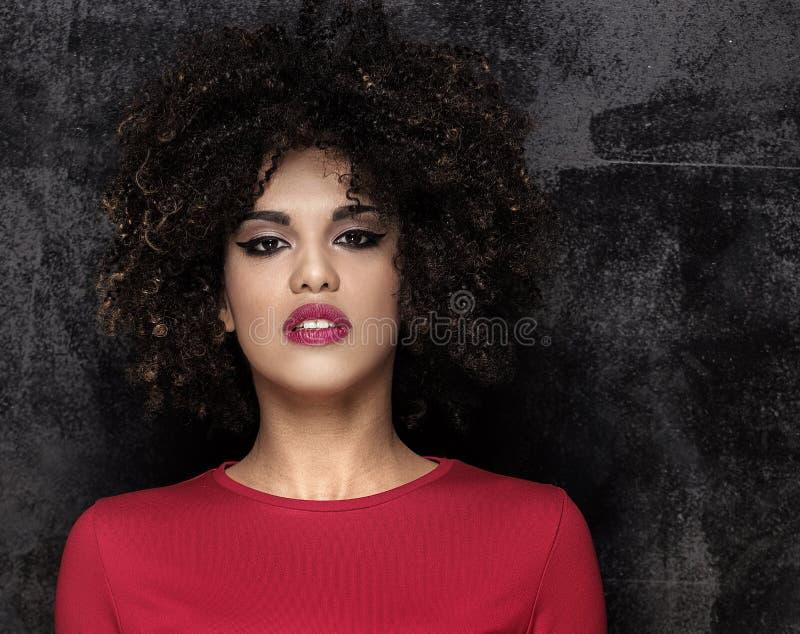 Menina elegante com levantamento afro do penteado imagens de stock royalty free