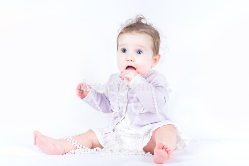 Menina elegante com uma colar da pérola fotografia de stock royalty free