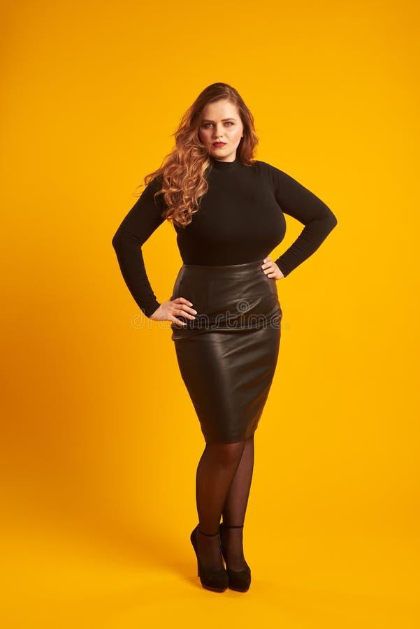 Menina elegante do mais-tamanho no equipamento à moda que olha a câmera foto de stock royalty free