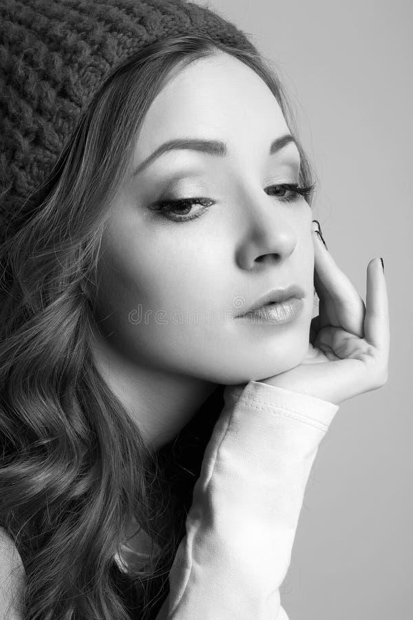 Menina elegante do moderno no chapéu foto de stock