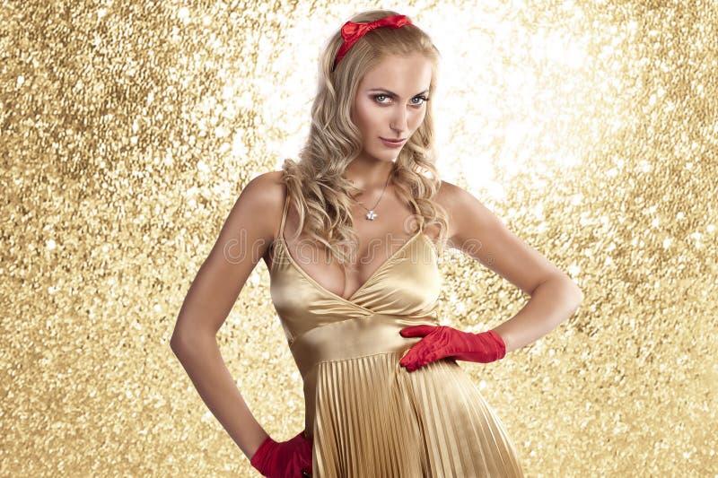 Menina elegante do Natal em um vestido da cor do champanhe fotografia de stock royalty free