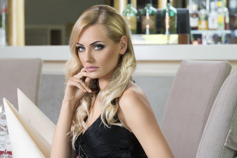 Menina elegante no restaurante imagens de stock