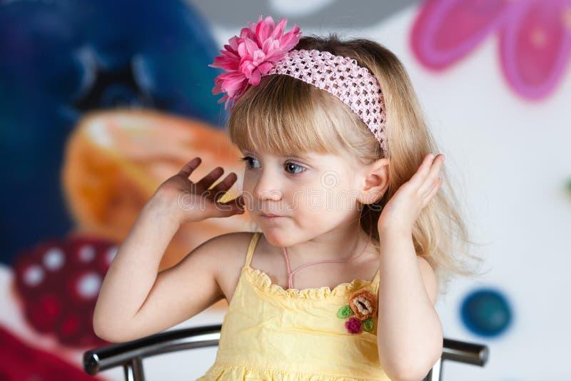 A menina mostra fora seu cabelo. imagem de stock