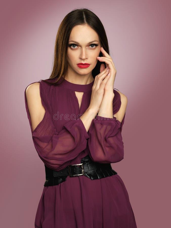 Menina elegante vestida no vestido de Borgonha fotografia de stock royalty free
