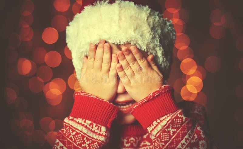 Menina em antecipação a um milagre do Natal e a um presente foto de stock