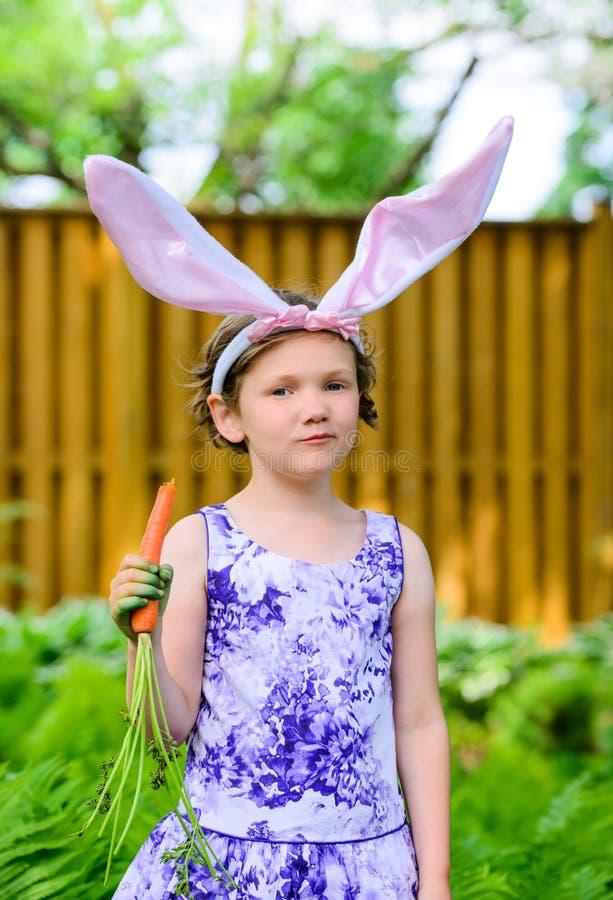 Menina em Bunny Ears Holding uma cenoura fotos de stock