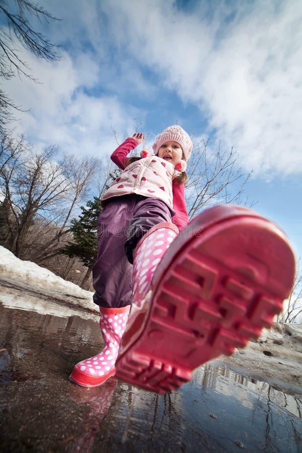 Menina em carregadores cor-de-rosa fotografia de stock royalty free