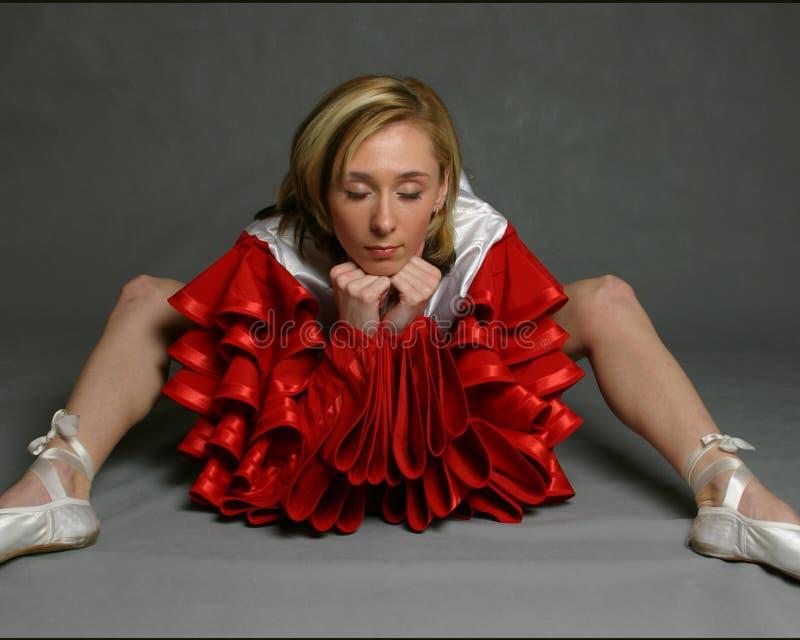A menina em deslizadores do bailado fotografia de stock