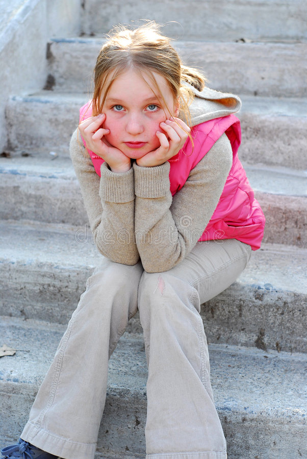 Menina em escadas imagem de stock royalty free