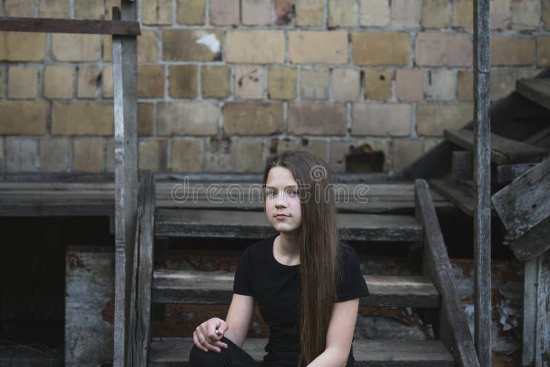 Menina em escadas de madeira imagens de stock