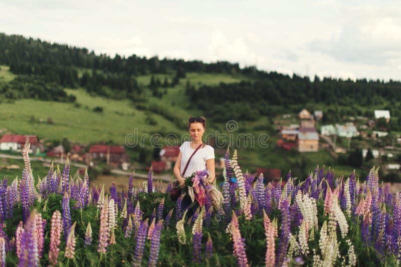 Menina em flores do verão fotos de stock royalty free