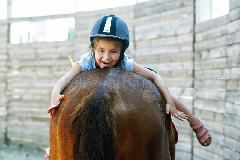 Menina em horseback O conceito de crianças de ensino montada fotografia de stock royalty free