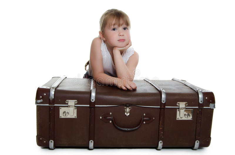 A menina em malas de viagem velhas fotografia de stock royalty free