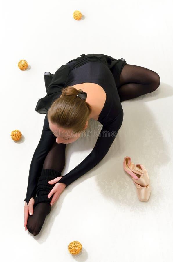 menina em negócios pretos de um estiramento foto de stock royalty free
