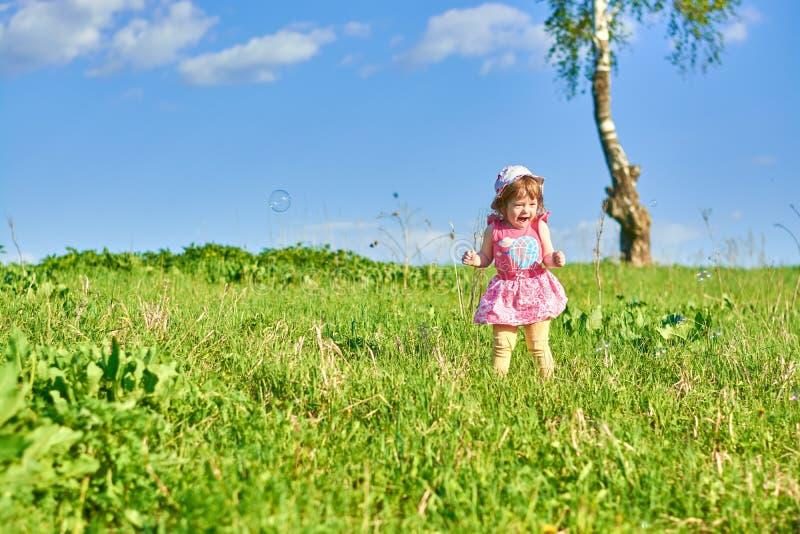 A menina em Panamá aprecia bolhas de sabão imagens de stock
