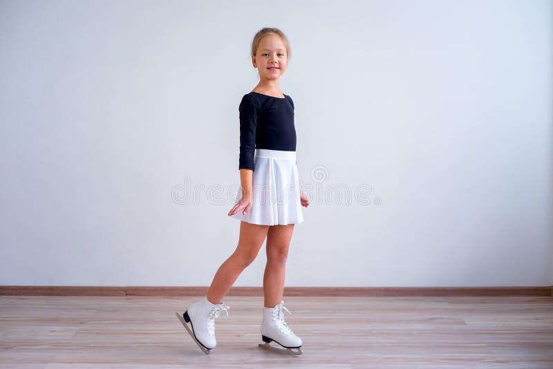 Menina em patins de gelo imagem de stock royalty free