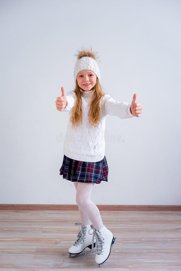 Menina em patins de gelo fotos de stock royalty free