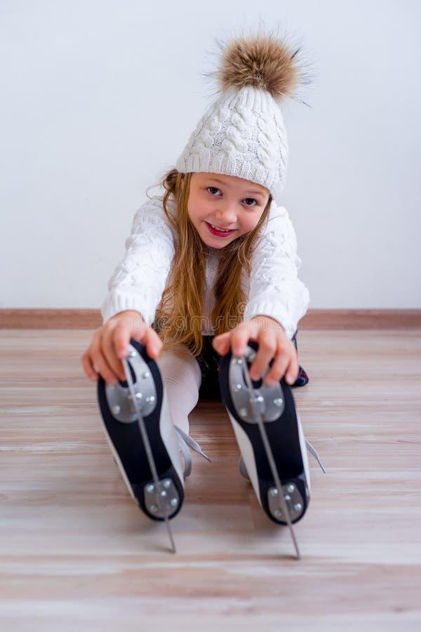 Menina em patins de gelo imagens de stock royalty free