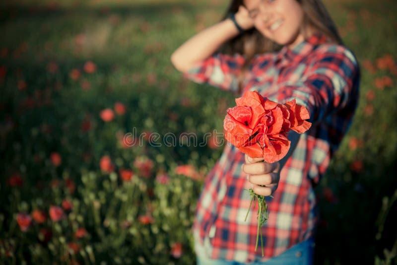 Menina em Poppy Field imagens de stock royalty free