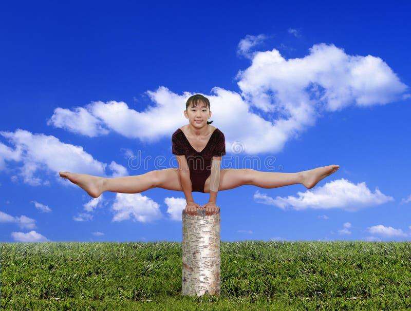 Menina em poses da ginástica imagens de stock royalty free
