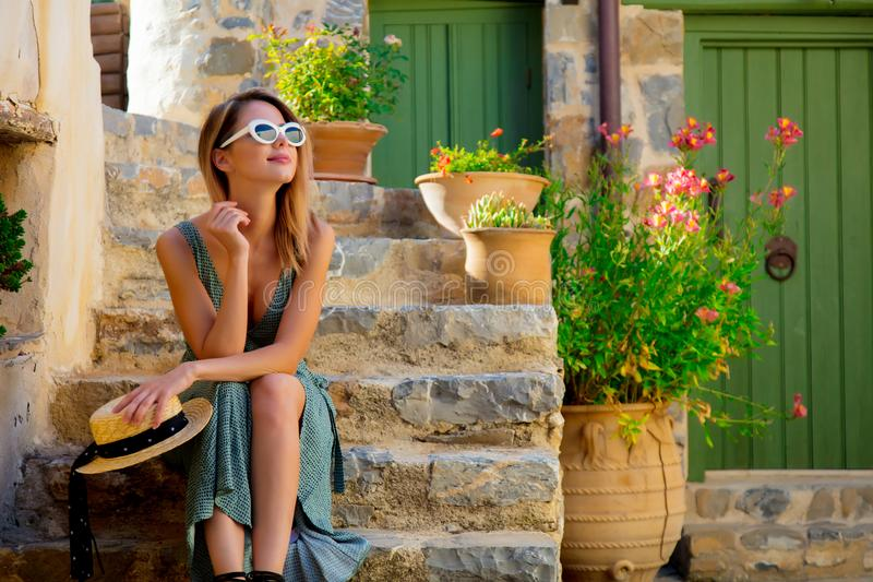 Menina em pouca rua da vila na Creta, Grécia fotografia de stock royalty free