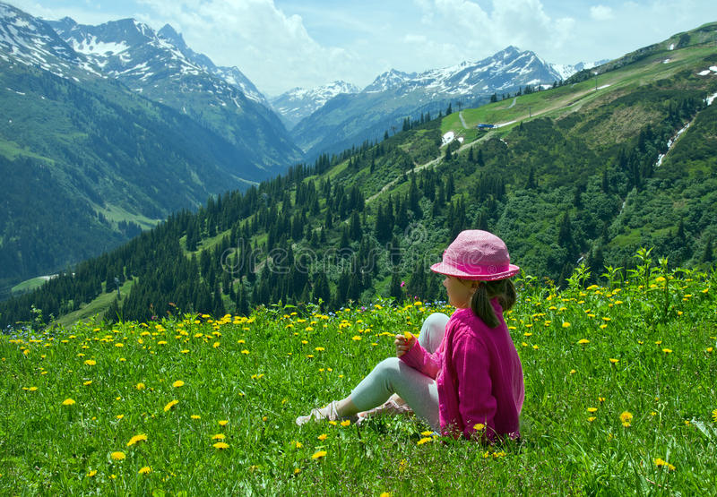 Menina em prados alpinos imagem de stock royalty free