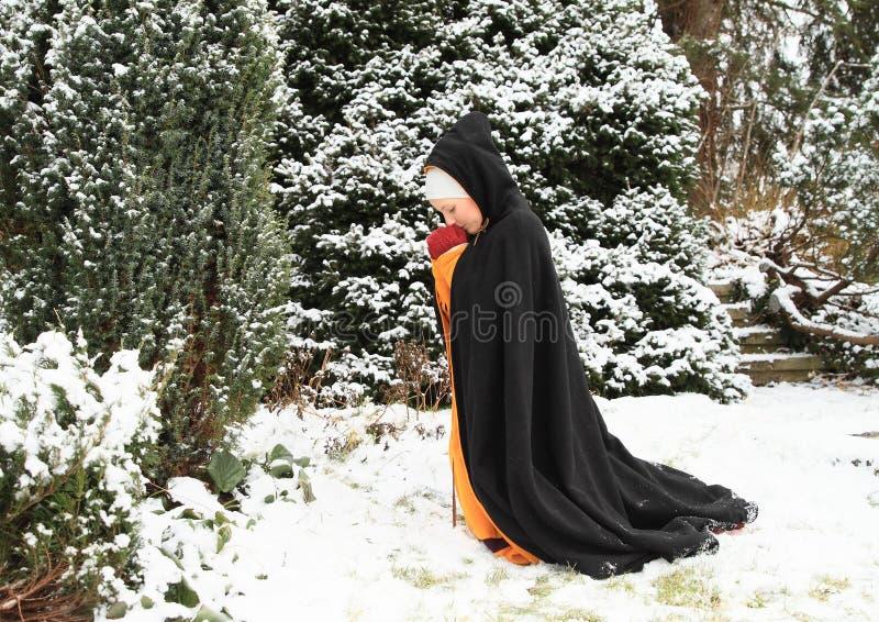 Menina em rezar histórico do vestido imagem de stock royalty free
