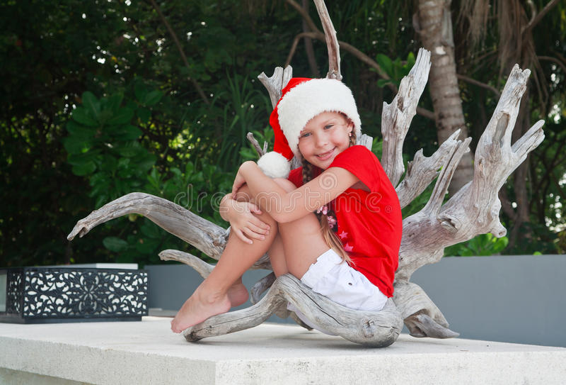 Menina em Santa nos tropics fotos de stock royalty free
