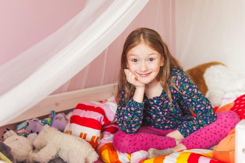 Menina em seu quarto fotografia de stock