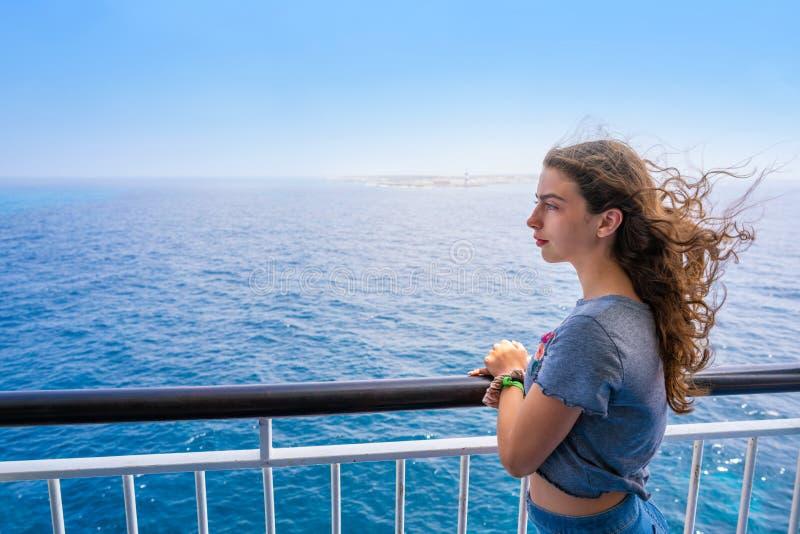 Menina em trilhos do barco em Formentera Ibiza fotos de stock