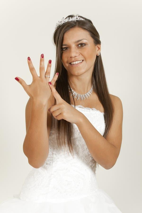 Menina em um anel da mostra do vestido de casamento foto de stock royalty free