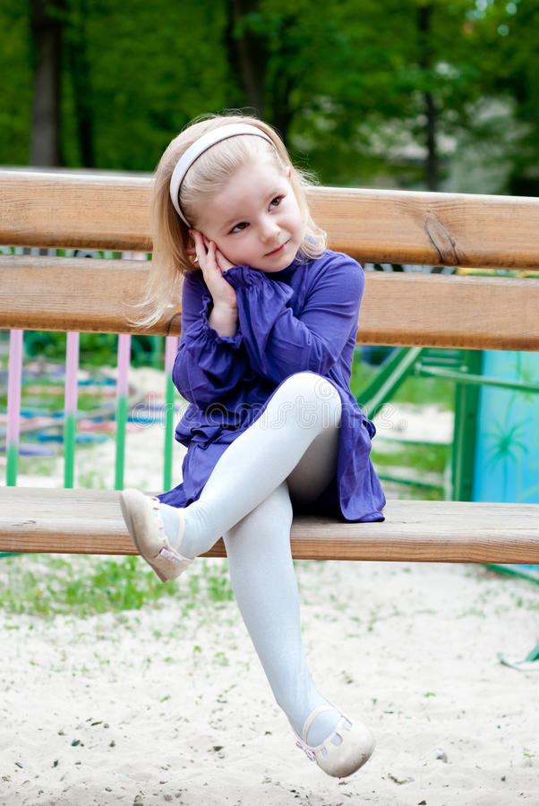 Menina em um banco foto de stock