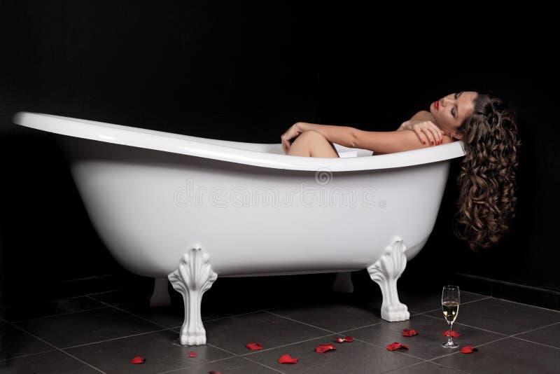 Download A menina em um banheiro imagem de stock. Imagem de adulto - 16851403