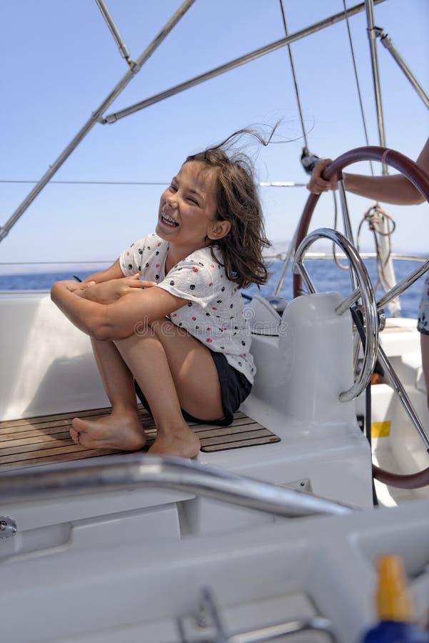 Menina em um barco de navigação foto de stock
