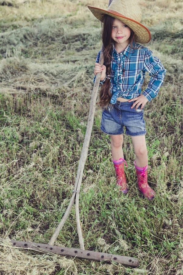 Menina em um campo imagens de stock royalty free