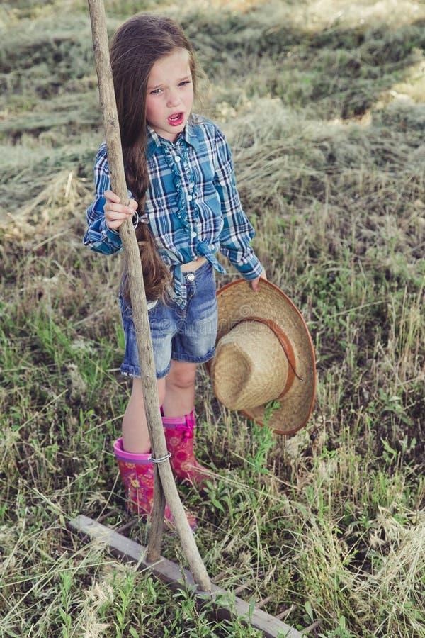 Menina em um campo imagens de stock