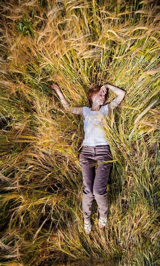 A menina em um campo de trigo foto de stock royalty free