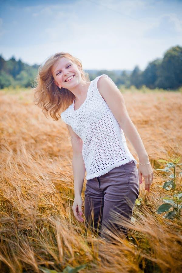 A menina em um campo de trigo imagem de stock