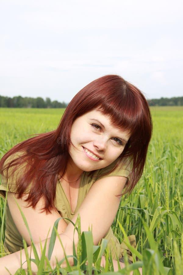 Menina em um campo verde fotografia de stock royalty free