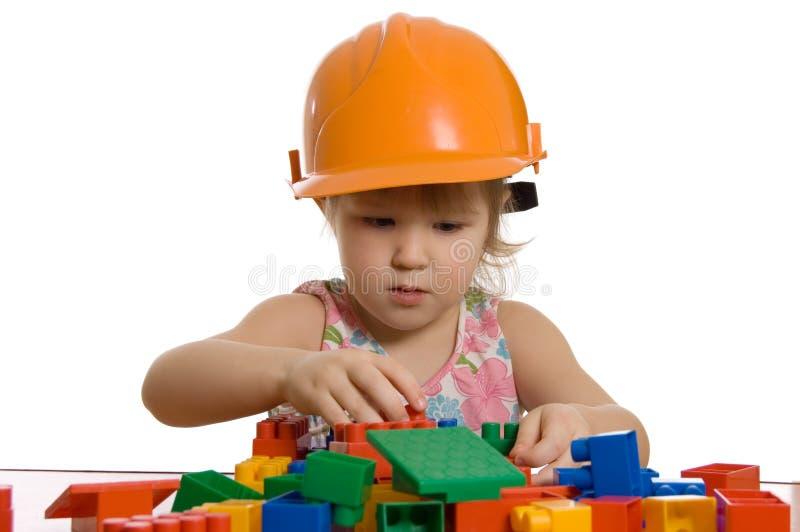 A menina em um capacete joga imagens de stock