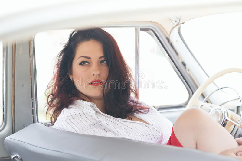 Menina em um carro retro foto de stock
