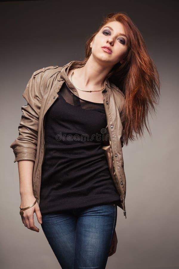A menina em um casaco de cabedal representa o modelo imagens de stock royalty free