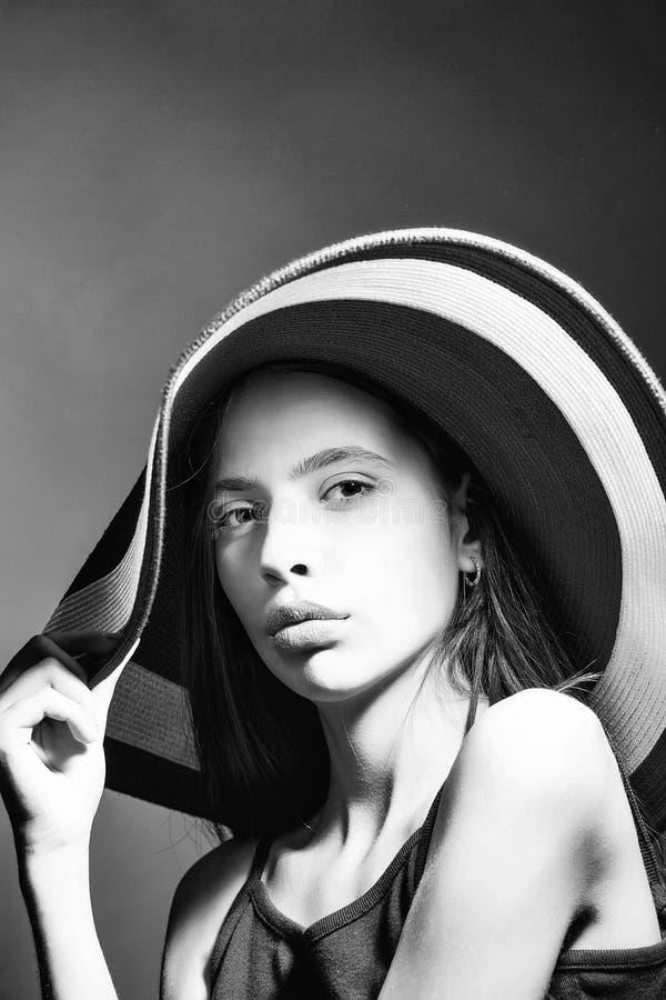 Menina em um chapéu de palha grande Mulher atrativa nova no chapéu fotos de stock royalty free